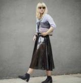 Лже-кожаная юбка: правила ухода и модное сочетание