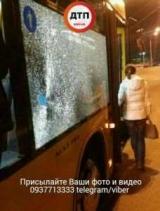 В Киеве неизвестные камнем разбили стекло автобуса, пострадала девушка